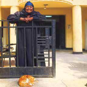 Mujer con gato en Corniche al-Nil