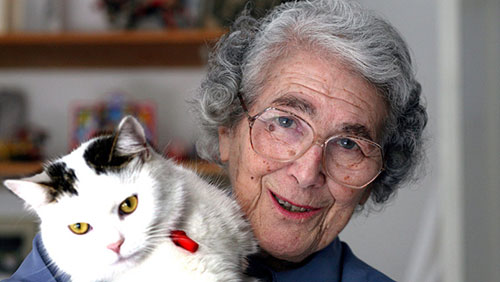Judith Kerr con su gata Katinka
