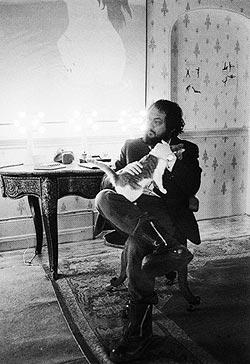 Kubrick con gato en el plató de La naranja mecánica