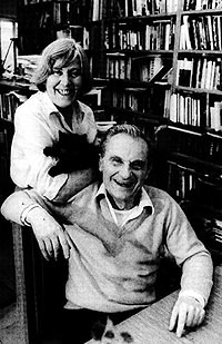 Margherita Hack, su marido Aldo de Rosa y un gato negro en 1987