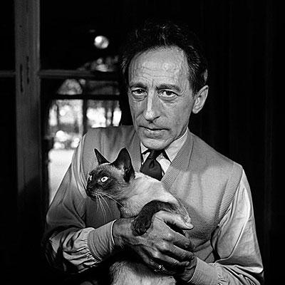 Cocteau y el gato Karoun (1950) Foto de Jane Bown
