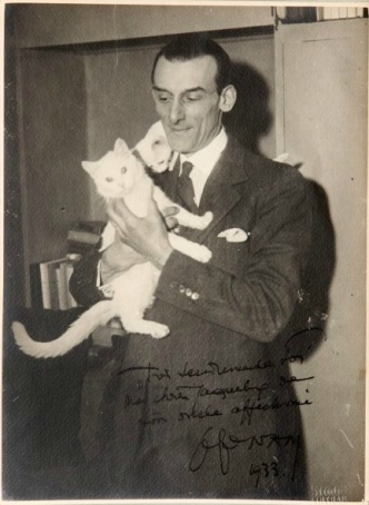 Jacques Nam con gatos