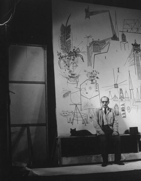 Blackie y Saul Steinberg delante de un mural de este.