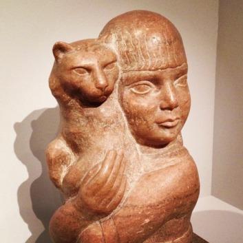 Dahlov, la hija del artista, con un gato