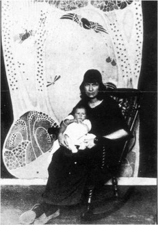 Marguerite e hija ante una de sus creaciones