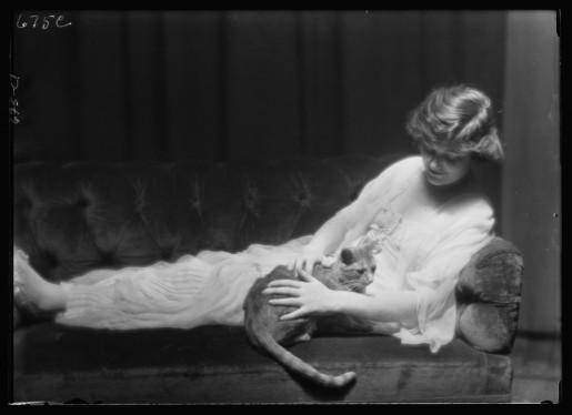 El gato Buzzer y Ann Murdock