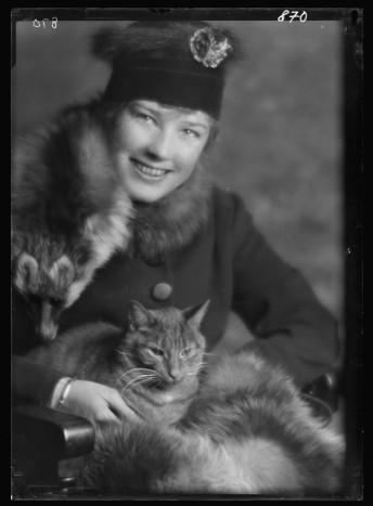 El gato Buzzer y Natalie Campbell