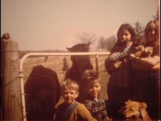 La pintora de niña con sus hermanos y el perro Yellow