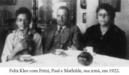 Felix Klee con Fritzi, su padre Paul Klee y su tía Mathilde (1921)
