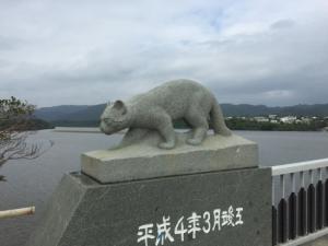 Estatua de gato iriomate en el puente de Nakama