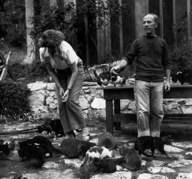 Edward y Charis con gatos