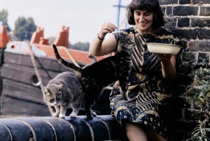 Mary Fedden y sus dos gatos en el embarcadero Durham