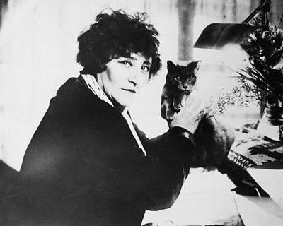 La escritora Colette y uno de sus gatos (Capítulo 9)