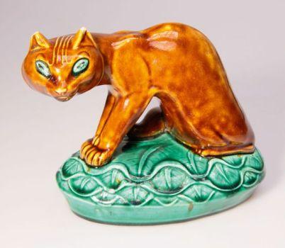 Gato de cerámica policromada de frente (1917)