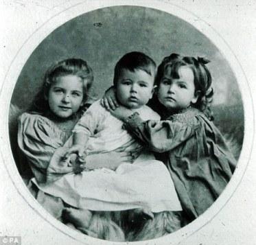 Josephine, John y Elsie, los hijos de Carrie y Rudyard Kipling