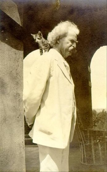 Mark Twain y un gatito