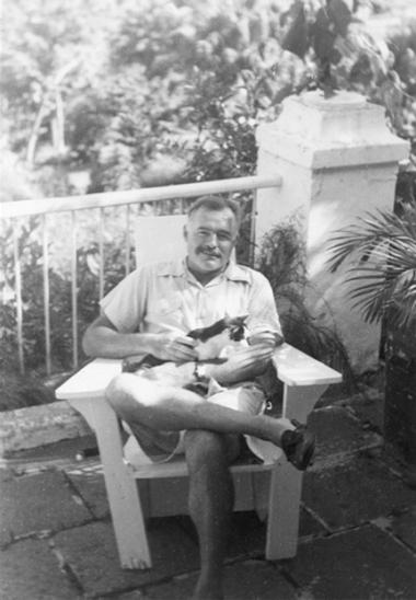 Ernest Hemingway posando con gato